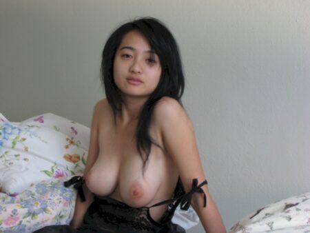 Femme asiatique sexy soumise pour amant directif de temps à autre disponible